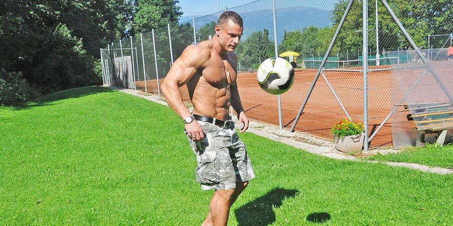Mann, Fußballspielen, Bodybuilder
